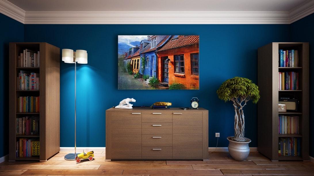 Brązowe meble na tle niebieskiej ściany