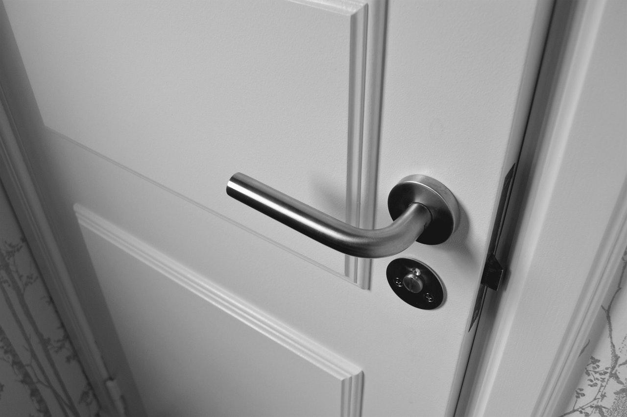 białe drzwi do mieszkania w Lublinie